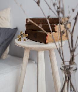 Natúr fa szék, lakás interiorban.