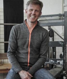 kézzel készült gyertyaöntő kisvállalkozás főnöke