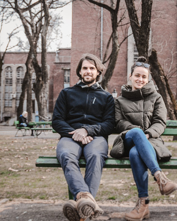 Adri és Bálint, az itthon., egy társadalmilag felelős design márka alapítói.