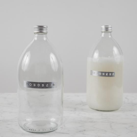 Átlátszó üveg, alumínium címkével