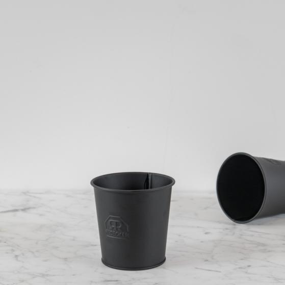 Fekete fém tároló