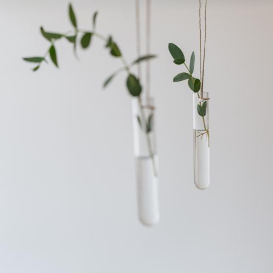 Kézzel készült lyukas kémcső váza