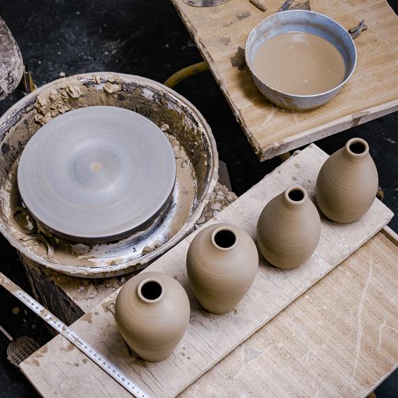 Itthon márka termékei. Agyag kerámi vázák készítése.