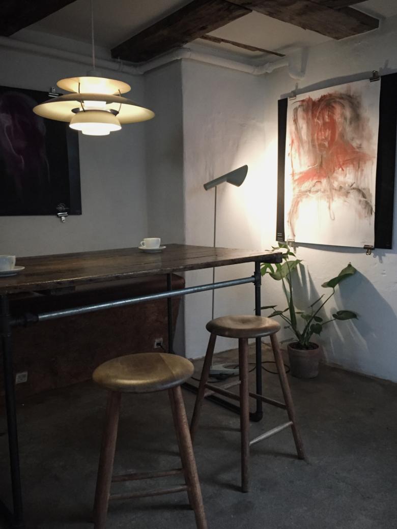 PH5 és Arne Jacobbsen lámpa látható egy dániai kávézó enteriőrjében.
