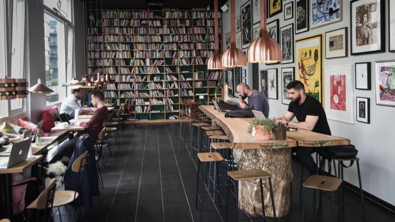 Könyvekkel teli kávézó Dániában