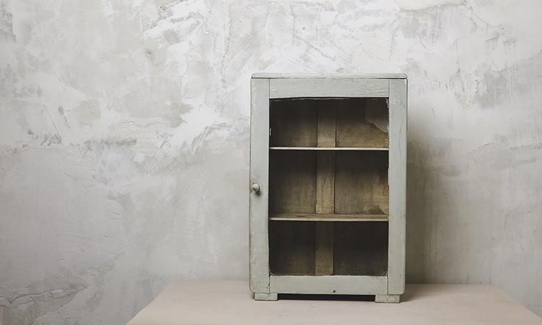 Régi üveges fali szekrény